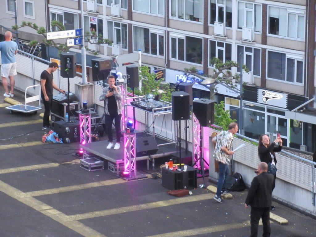 Swingen op balkon en parkeergarage